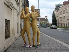 Studentky Reálného gymnázia v Prostějově se oblékly za atomy zlata.