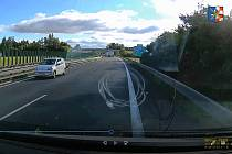 Bílé auto jedoucí v protisměru na D46