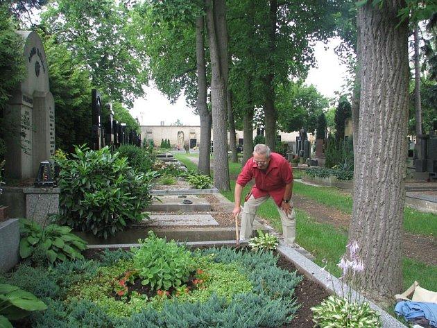 Při údržbě hrobů je těžké najít vhodné místo ke chvíli odpočinku. Snad jen sednout na obrubník.