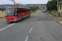 Srážku fordu s autobusem mezi Konicí a Budětskem