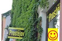 Obchůdek s oblečením z Prostějova v uličce hned pod zámkem v Mikulově