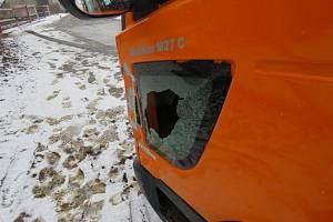 Řidič na kraji Lutotína poslal auto do zábradlí.