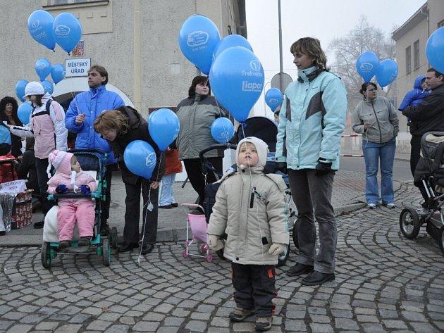 K obloze vyletělo na pět set balonku.