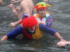 Téměř stovka otužilců se sešla pod Plumlovskou přehradou. Kromě plavání si také zadováděli.