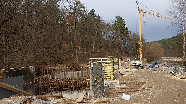 Stavba mostu přes Hloučelu na nové cyklostezce uplumlovské přehrady - 27.3.2021