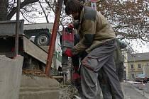 Řemeslníci rozbíjejí zchátralou betonovou zídku, která ohraničuje Smetanovy sady v Prostějově