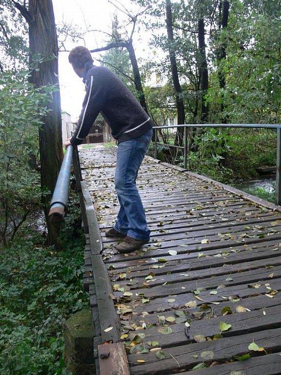 Poničený mostek přes Hloučelu
