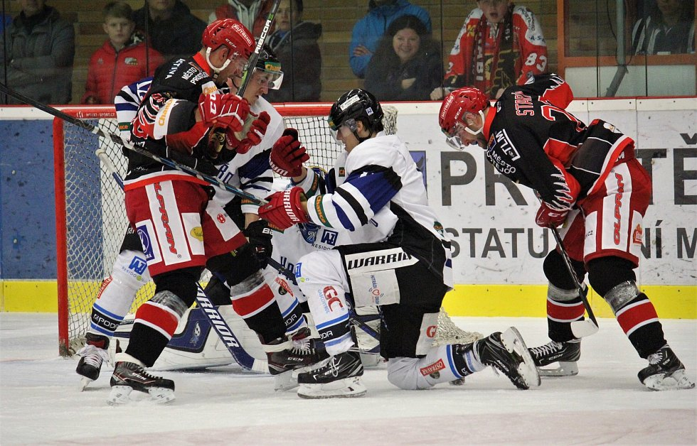 Hokejisté Prostějova (v černém) porazili Havířov 5:0