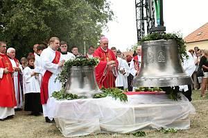 Nové dva zvony, byly v sobotním dopoledni vyzdviženy do věže kostela svatého Jakuba Staršího v Kostelci na Hané. Požehnal jim biskup Josef Nuzík. 27.7. 19