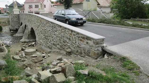 Opravený historický kamenný most v Dobromilicích