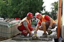 Dělníci při práci na zvelebení Olšan