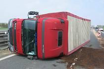Převrácený kamion a poškozený peugeot. Nehoda na D46 v Prostějově 29. dubna 2021