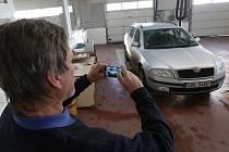Fotografování aut na STK. Ilustrační foto