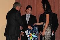 Předávání ocenění studentům v soutěži Talent roku Olomouckého kraje 2009. Student Jan Nezval z prostějovské průmyslovky přebírá ocenění za první místo v technickém oboru soutěže