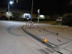 Následky divoké jízdy řidiče na Poděbradově náměstí v Prostějově