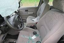 Řidič nákladního auta se svým vozem z boku narazil do osobního vozidla. Z místa nehody ujel a za sebou zanechal poničené auto a škodu za desetitisíce.