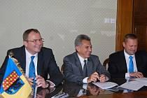 Ve čtvrtek stvrdili svými podpisy náměstek primátora Jiří Pospíšil a Štěpán Urbanec a Miroslav Mikula za firmu Mubea záměr rozšířit výrobu této společnosti v Prostějově