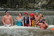 Třicátého ročníku Vánoční koupele se účastnil rekordní počet otužilců