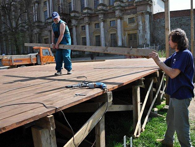 Stavba pódia na plumlovském zámku