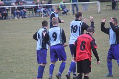 Fotbalisté Plumlova (v modrém) porazili Kostelec na Hané 2:0