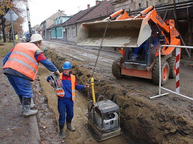 Na Husově náměstí probíhá výstavba a výměna vodovodního potrubí akanalizace