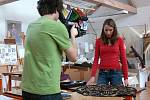 Při natáčení dokumentu o přípravě šatů