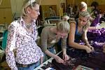 Jana Berg dohlíží na přípravu šatů