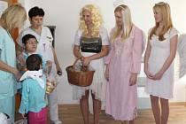 Studenti ze Střední zdravotnické školy se převlékli za Mikuláše, čerty a anděly a potěšili děti v prostějovské nemocnici