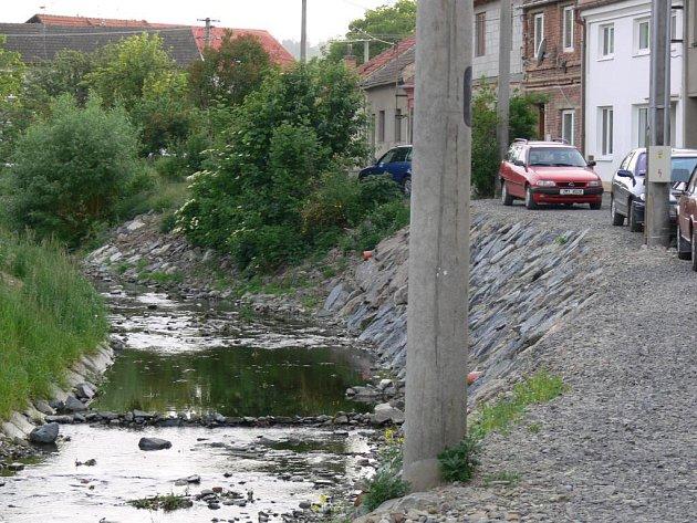K nebezpečnému břehu se mostkovická radnice staví vlažně. Napraví svůj zásah do koryta Povodí Moravy?