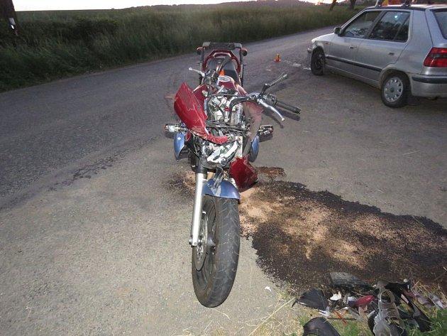 V křižovatce u Brodku u Prostějova se srazilo auto s motorkou.