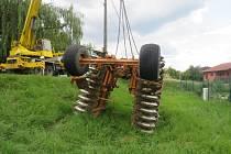 Krajnice neudržela váhu traktoru.