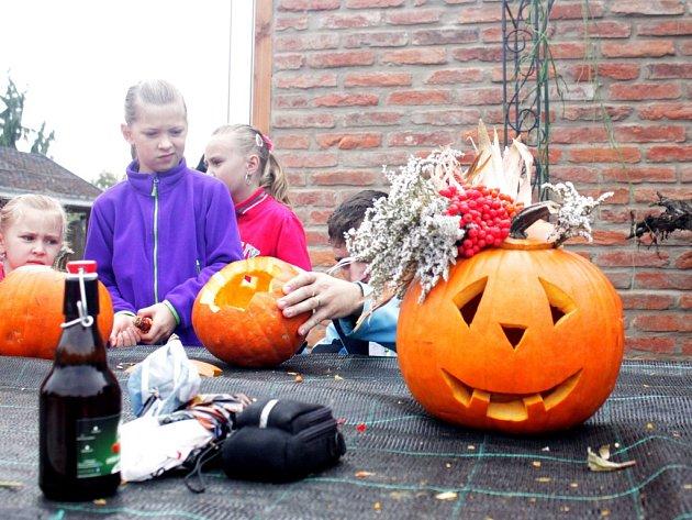 Kostelec o víkendu přivítal podzim již čtvrtými dýňovými slavnosti, opravdu vše bylo z této pro podzim tak typické plodiny. Návštěvníci mohli vyzkoušet dýňové pivo, polévku, cukroví či pomazánku