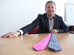 Dvě ručně šité hedvábné kravaty věnoval do Kabelkového veletrhu obchodní ředitel oděvní firmy Jindřich Koryčan