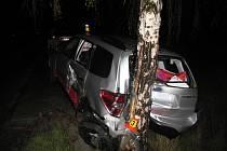 Subaru skončilo po nehodě ve stromě