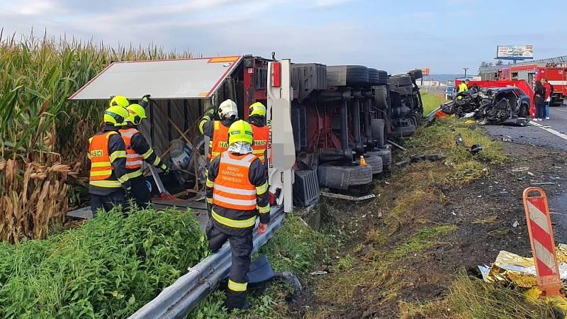 Tragická srážka osobního auta a kamionu na D46 v Prostějově, 23. září 2021