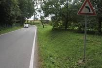 V Čechách pod Kosířem plánuje kraj i obec dvě nová parkoviště. Celkem pro dvě stovky aut. Na snímku místo, kde by se jedno z parkovišť mělo nacházet.