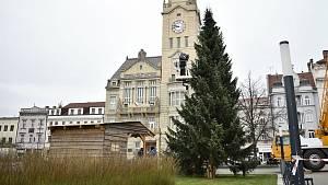Vánoční strom dorazil na prostějovské náměstí, 23.11.2020