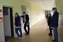 Fronta před volební místností na ZŠ Jana Železného v Prostějově, 2. října 2020