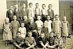Obecná škola. Škola v obci fungovala spoustu let. Na fotografii jsou žáci školního roku 1922/1923. Uprostřed sedí třídní učitel Jan Opletal.