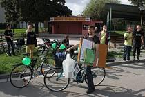 NA KOLECH. Kandidáti uskupení Změna pro Prostějov vyrazili za voliči na kolech. Debatovali s nimi na náměstí TGM v Prostějově i u občerstvení Na Splávku v Domamyslicích.
