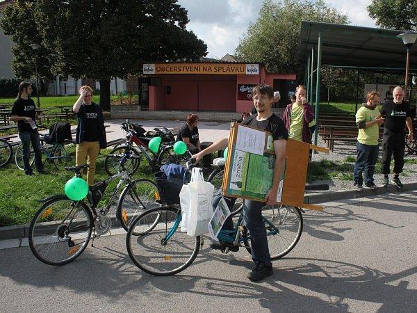 NA KOLECH. Kandidáti uskupení Změna pro Prostějov vyrazili za voliči na kolech. Debatovali snimi na náměstí TGM ive Vrahovicích.