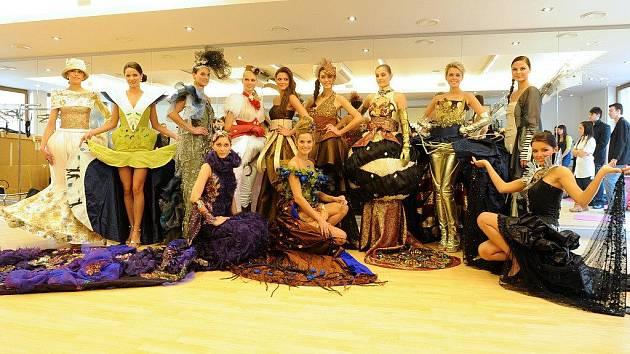 Čtrnáct oděvních klenotů reprezentující jednotlivé kraje České republiky