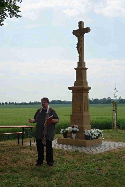 Žehnání nově zrestaurovaného kříže ve Vrchoslavicích