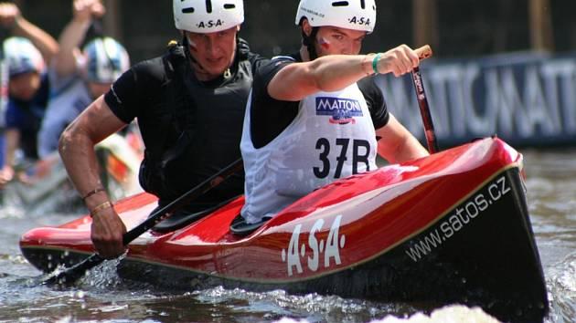 Prostějovská deblkánoe Jan Vlček – David Lisický na řece Sázavě během své jízdy při druhém dílu Českého poháru 2007.
