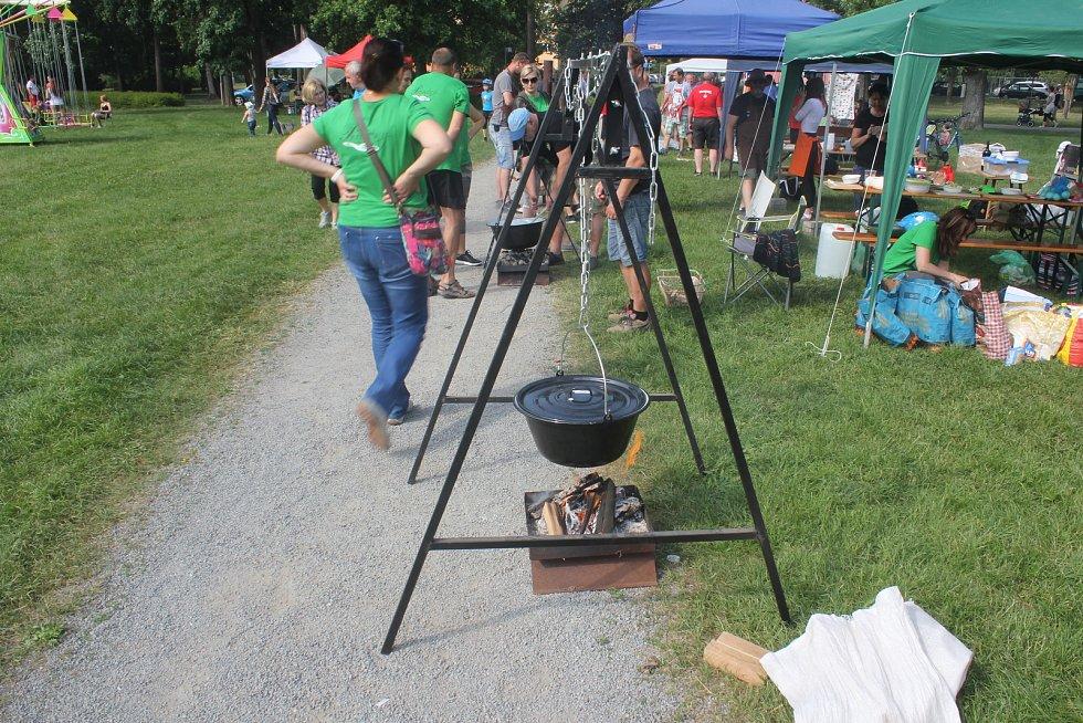 Deset družstev vařících guláše ale také spousta atrakcí. V největším prostějovském parku to žilo.