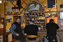 Dnes večer naposledy. Od pátku 13. března 2020, se z důvodu nouzového stavu, který vyhlásila vláda mění zavírací hodina všech restaurací a hospod na 20.00 hodin. Výjimkou není ani hospoda Na Kocandě ve Smržicích.