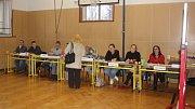 V Kostelci nepodcenili přípravu a volební místnost slavnostně vyzdobili