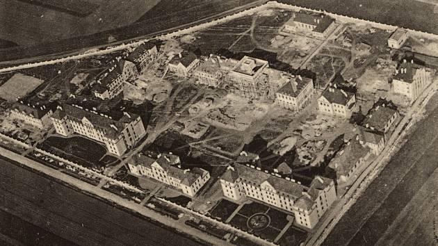 Letecký pohled na rozestavěný areál učiliště v Prostějově.