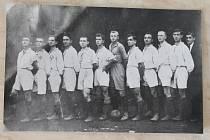 HISTORIE. Archivní snímek zachycuje tým Sparty Prostějov z roku 1920.