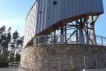 Velký Kosíř přitahuje turisty, i když rozhledna na vrcholu je kvůli koronavirové nákaze stále uzavřena. Otevřít by měla 11. května. (26.dubna 2020)